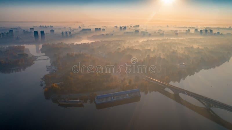 Horizonte, ciudad de Kiev con el cielo hermoso de la mañana Puente peatonal Margen izquierda el río de Dnieper fotografía de archivo