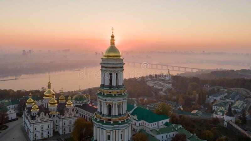 Horizonte, ciudad de Kiev con el cielo hermoso de la mañana Puente peatonal Margen izquierda el río de Dnieper foto de archivo libre de regalías