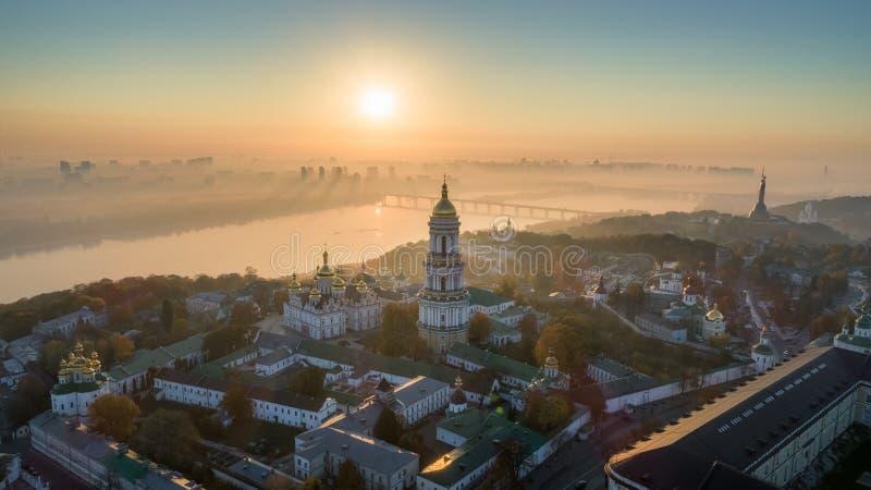 Horizonte, ciudad de Kiev con el cielo hermoso de la mañana Puente peatonal Margen izquierda el río de Dnieper imagen de archivo