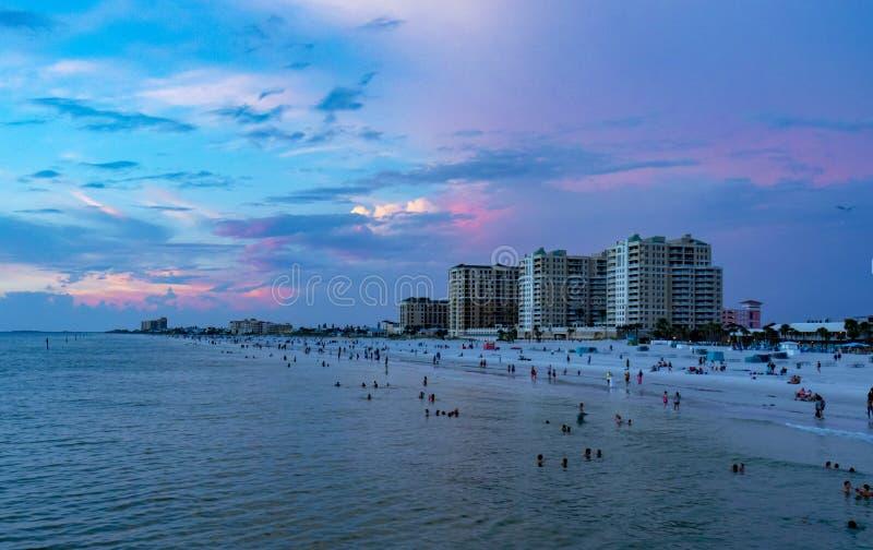 Horizonte claro de la Florida de la playa del agua en el sunsete en la puesta del sol fotografía de archivo