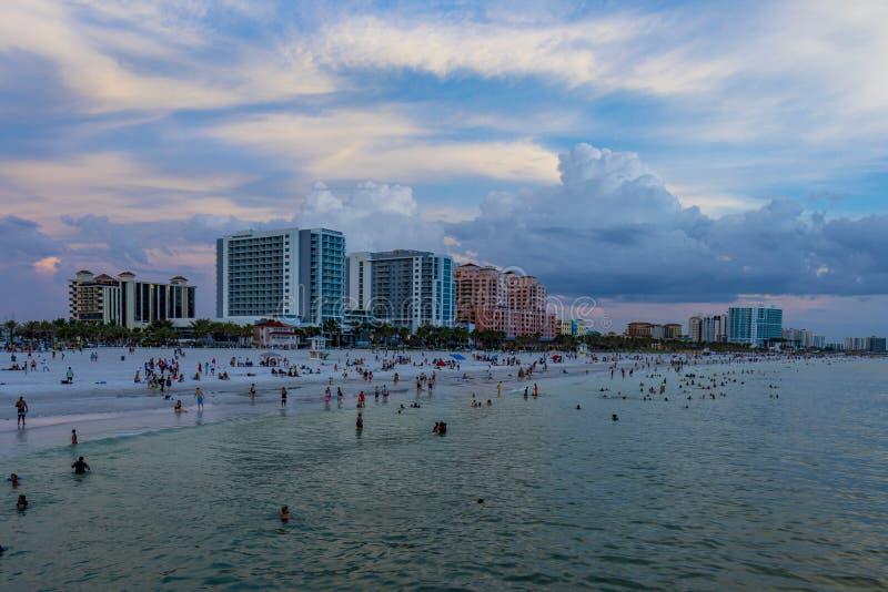 Horizonte claro de la Florida de la playa del agua en la puesta del sol fotos de archivo