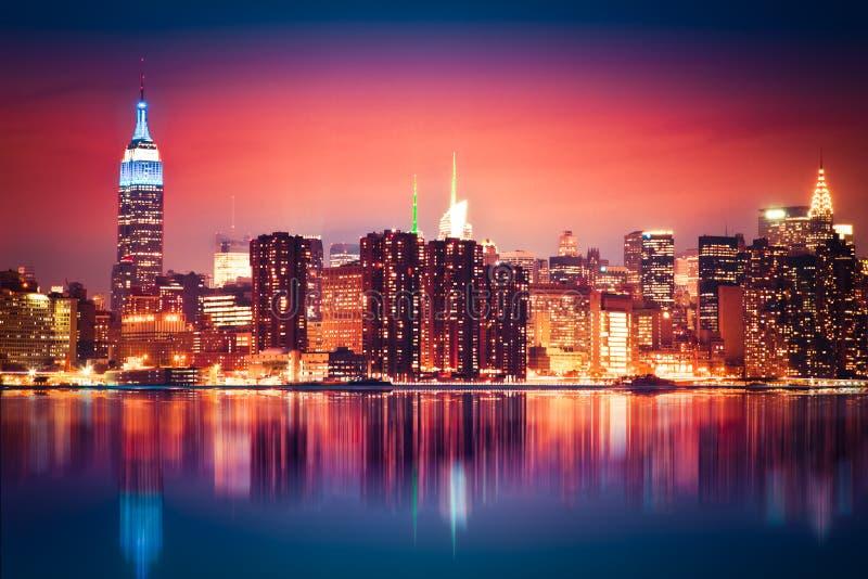 Horizonte colorido de la noche NYC imagen de archivo libre de regalías