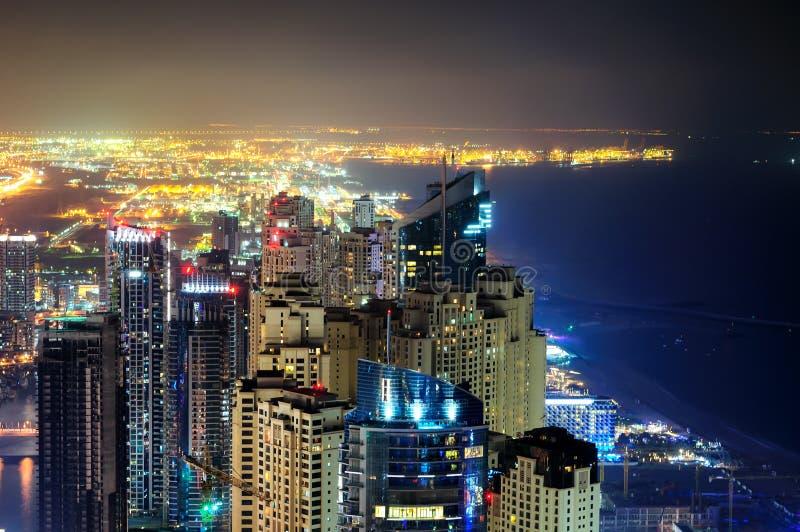 Horizonte colorido majestuoso del puerto deportivo de Dubai durante noche Rascacielos más altos múltiples del mundo Puerto deport imagenes de archivo