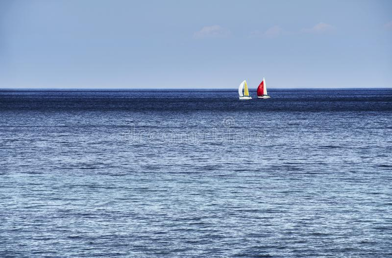 Horizonte com veleiros fotografia de stock