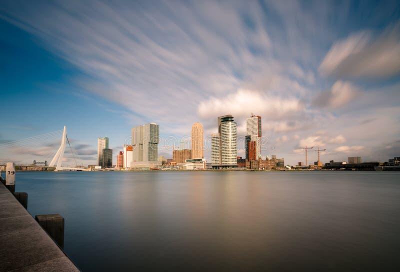 Horizonte con el puente de Erasmus, Países Bajos de la ciudad de Rotterdam imagen de archivo
