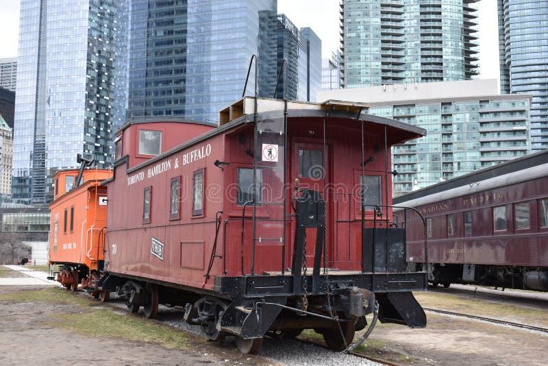 Horizonte con los rascacielos grandes y los trenes coloridos antiguos en Toronto, Canadá imagenes de archivo