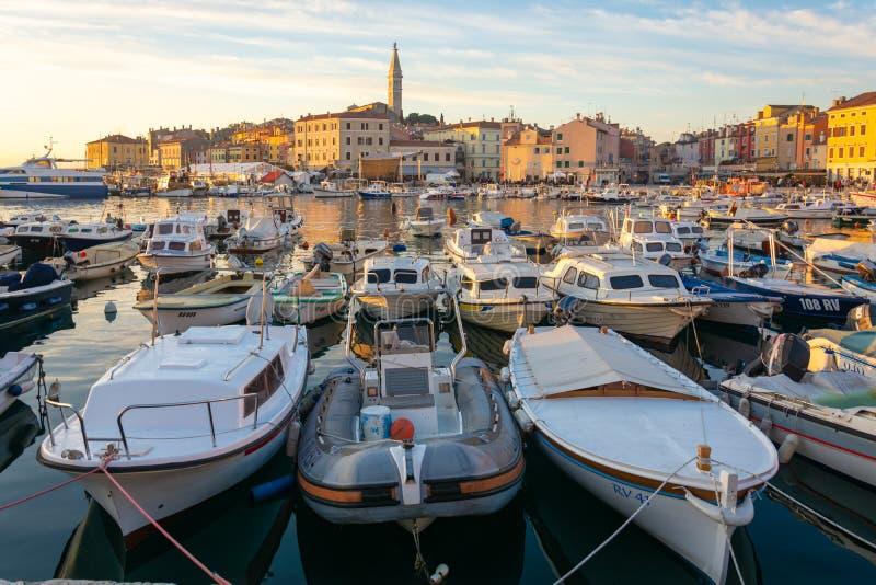 Horizonte Croacia del puerto y del rovinj fotografía de archivo