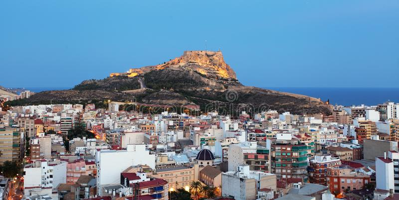Horizonte de Alicante en la noche, ciudad de España imagenes de archivo