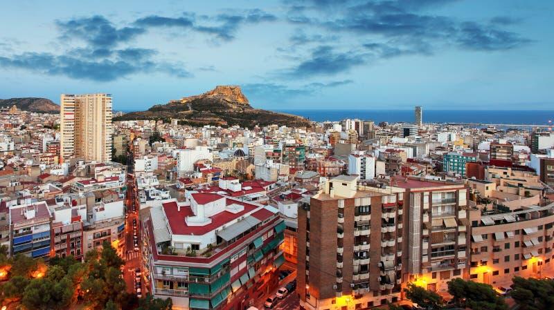 Horizonte de Alicante en la noche, ciudad de Espa?a imágenes de archivo libres de regalías