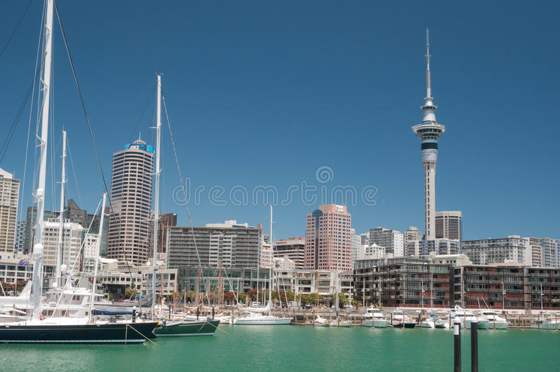 Horizonte de Auckland Visión desde el lavabo del viaducto foto de archivo