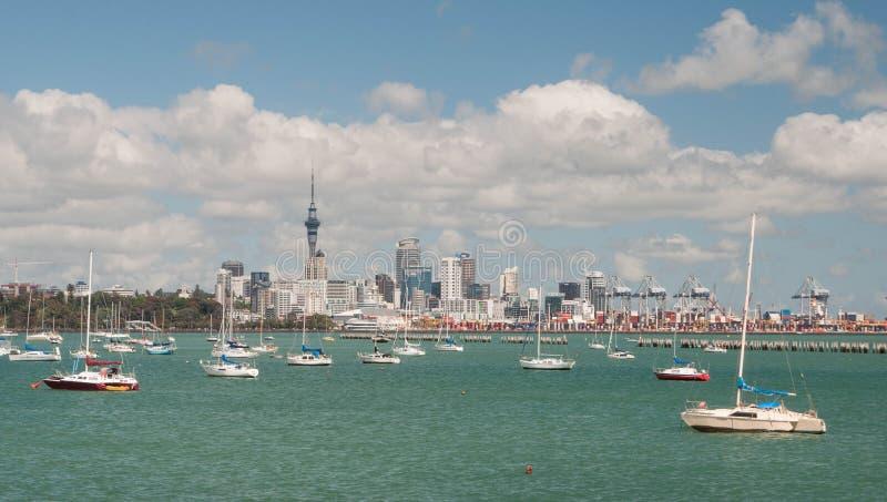Horizonte de Auckland Visión desde la bahía de la misión imagen de archivo