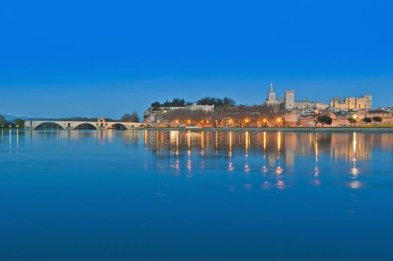 Horizonte de Avignon sobre el río de Rhone, Francia imágenes de archivo libres de regalías