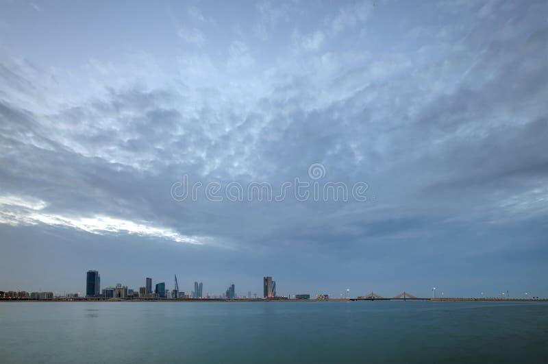 Horizonte de Bahrein con la nube densa en la oscuridad imagenes de archivo