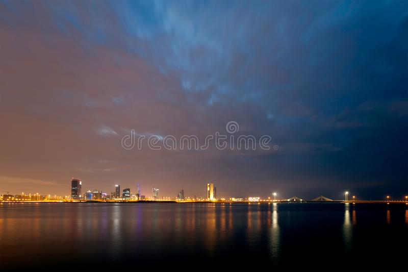 Horizonte de Bahrein y nube densa imagen de archivo
