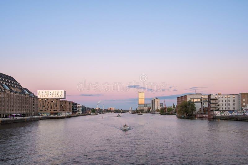 Horizonte de Berlín - panorama de la diversión del río, barcos y cielo de la puesta del sol imágenes de archivo libres de regalías