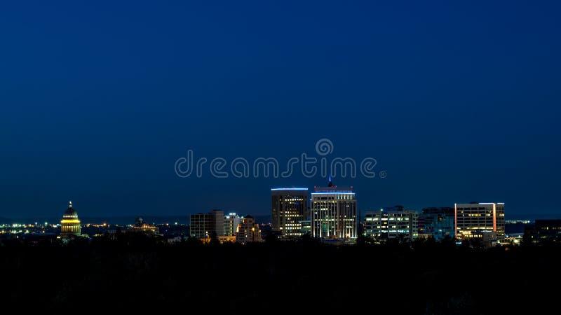 Horizonte de Boise Idaho con un cielo nocturno azul profundo con el lig de la ciudad imágenes de archivo libres de regalías