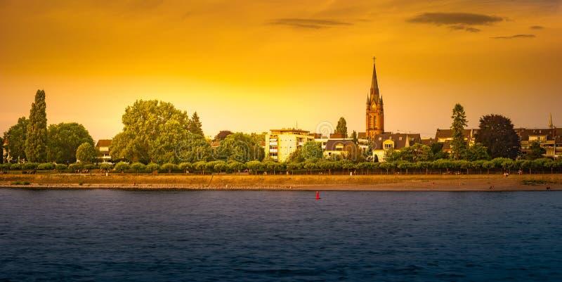 Horizonte de Bonn, Alemania Noche hermosa tirada de gran ciudad alemana fotografía de archivo