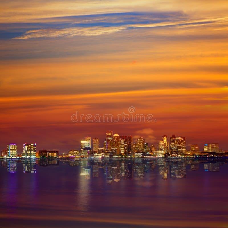 Horizonte de Boston en la puesta del sol y río en Massachusetts fotografía de archivo