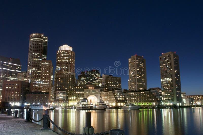 Horizonte de Boston por noche imagen de archivo