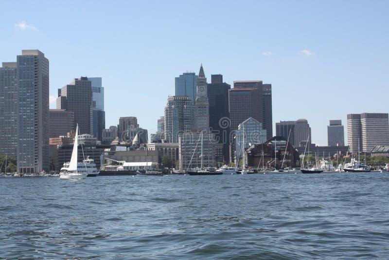 Horizonte de Boston según lo visto desde el medio del puerto fotografía de archivo