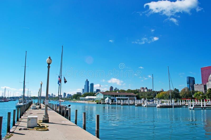 Horizonte De Chicago Con El Velero En El Distrito, El Muelle Y El ...