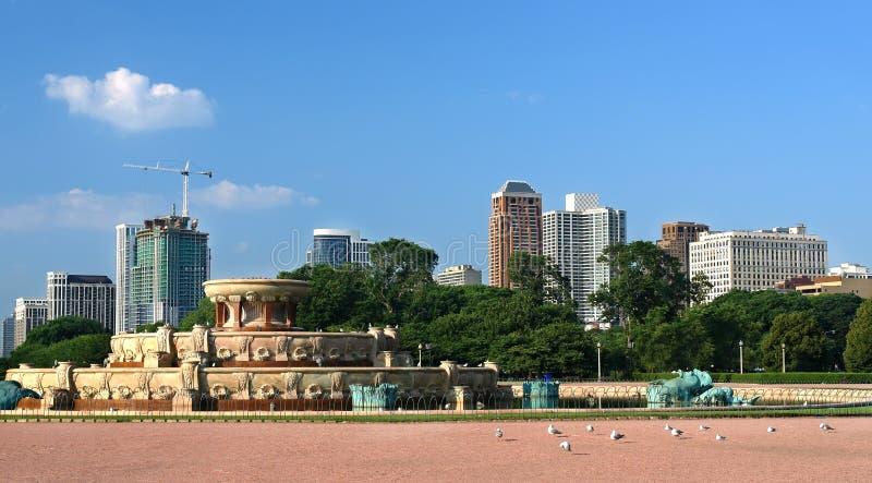 Horizonte de Chicago con la fuente de Buckingham en imágenes de archivo libres de regalías