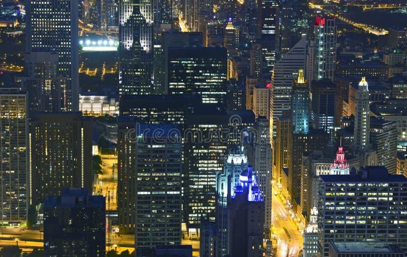 Horizonte de Chicago de la vida de noche imágenes de archivo libres de regalías