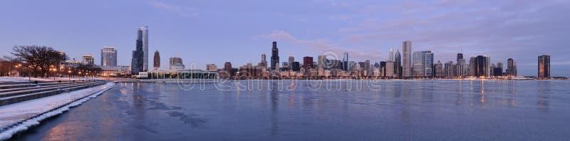 Horizonte de Chicago en el amanecer en invierno fotos de archivo libres de regalías