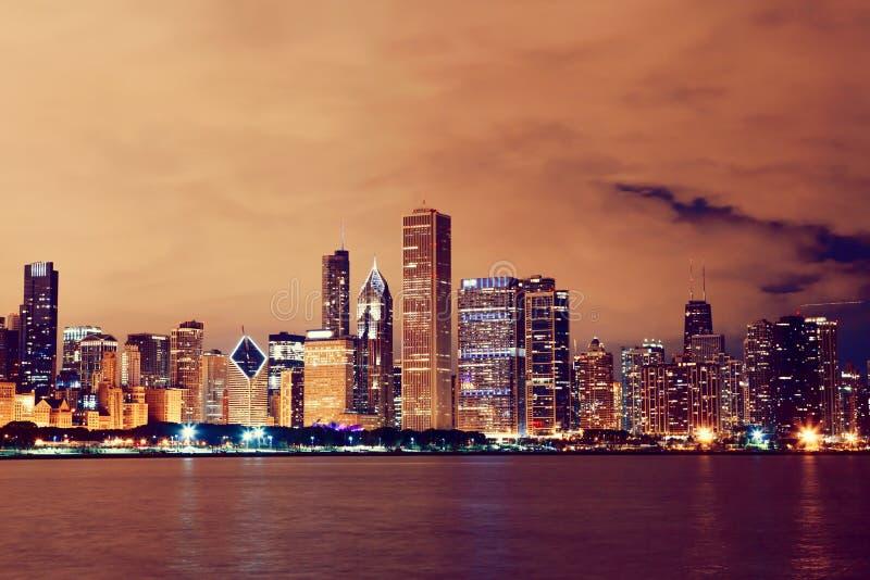 Horizonte de Chicago en la noche imagenes de archivo