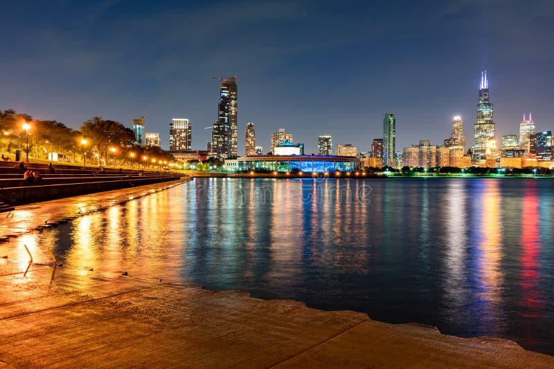 Horizonte de Chicago en la noche con el rastro de la orilla del lago imágenes de archivo libres de regalías