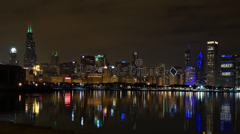 Horizonte de Chicago en la noche del paseo del horizonte fotografía de archivo