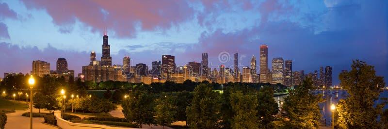 Horizonte de Chicago en la oscuridad fotos de archivo