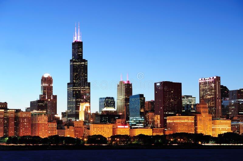 Horizonte de Chicago en la oscuridad imagen de archivo