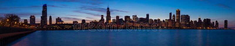 Horizonte de Chicago en la oscuridad foto de archivo