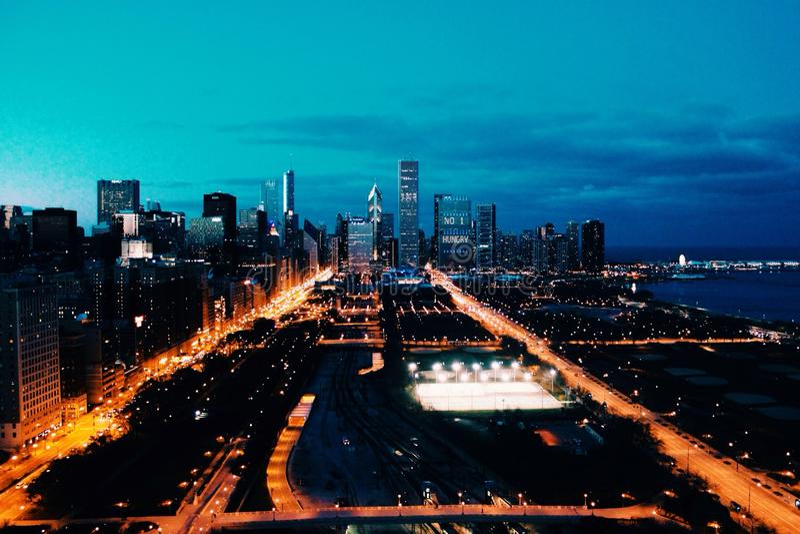 Horizonte de Chicago en la oscuridad foto de archivo libre de regalías