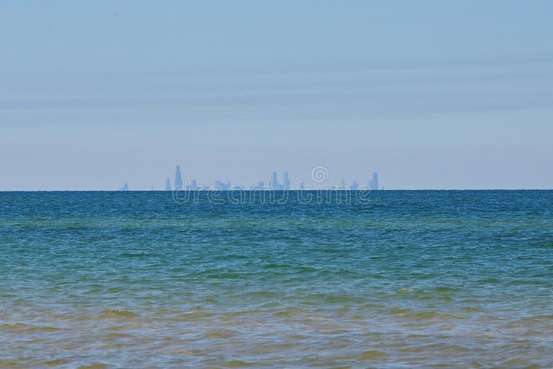 Horizonte de Chicago de Indiana Dunes en el lago Michigan imágenes de archivo libres de regalías