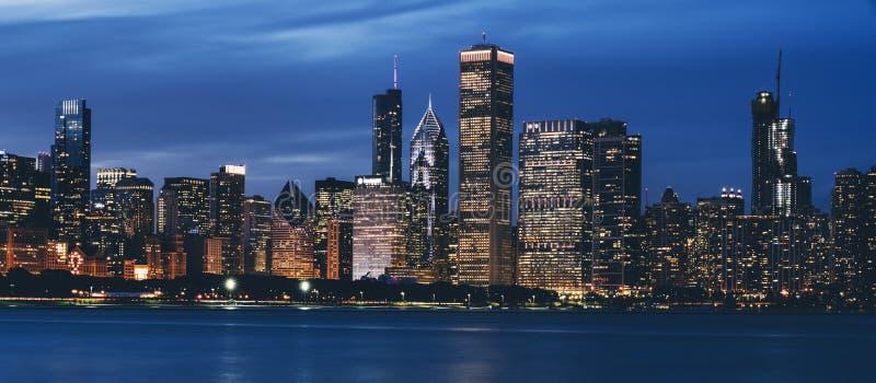 Horizonte de Chicago por noche fotos de archivo libres de regalías