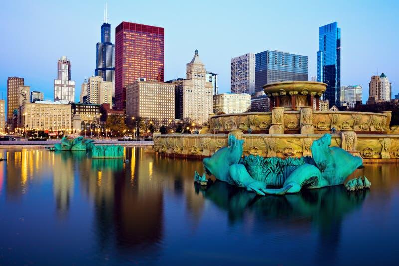 Horizonte de Chicago reflejado en la fuente de Buckingham imagenes de archivo