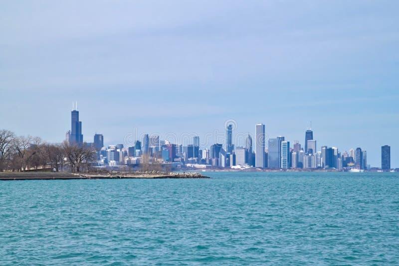 Horizonte de Chicago según lo visto de lado sur a orillas del lago del lago Michigan en un día de invierno frígido imagenes de archivo