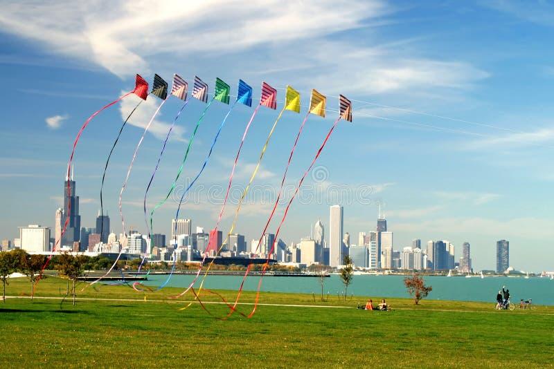 Horizonte de Chicago y el volar de las cometas imagen de archivo libre de regalías