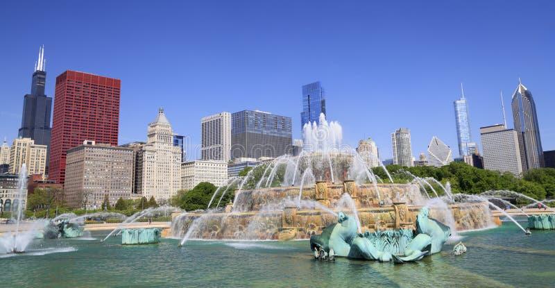 Horizonte de Chicago y fuente de Buckingham imágenes de archivo libres de regalías