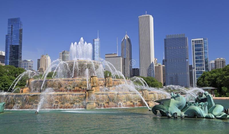 Horizonte de Chicago y fuente de Buckingham imagenes de archivo