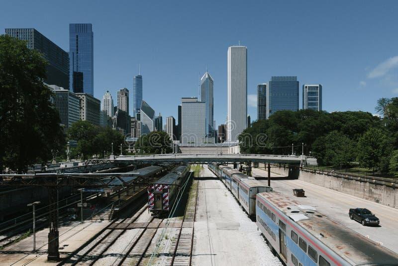 Horizonte de Chicago y vías del tren foto de archivo