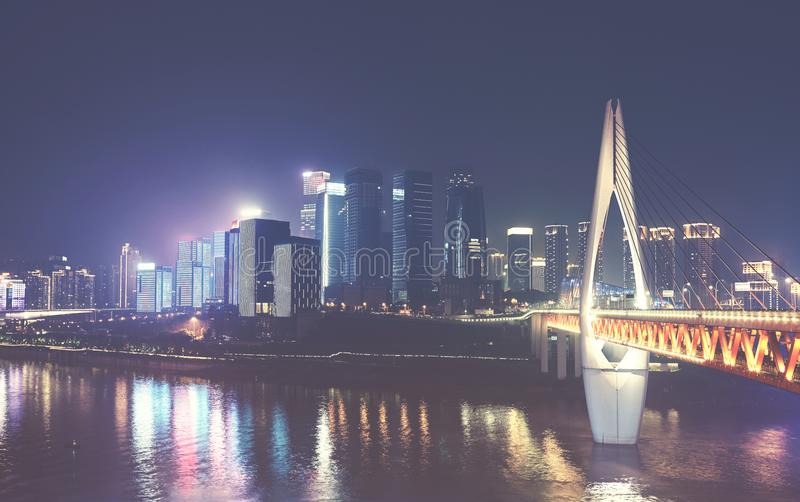 Horizonte de Chongqing City en la noche, China fotografía de archivo