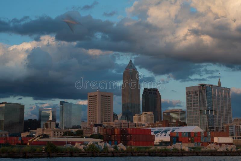 Horizonte de Cleveland Ohio en la puesta del sol fotografía de archivo libre de regalías