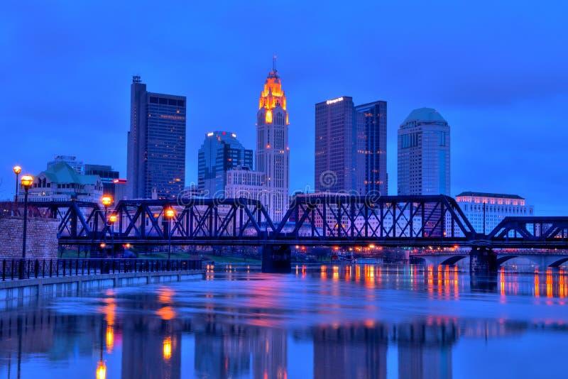 Horizonte de Columbus Ohio en la noche imágenes de archivo libres de regalías