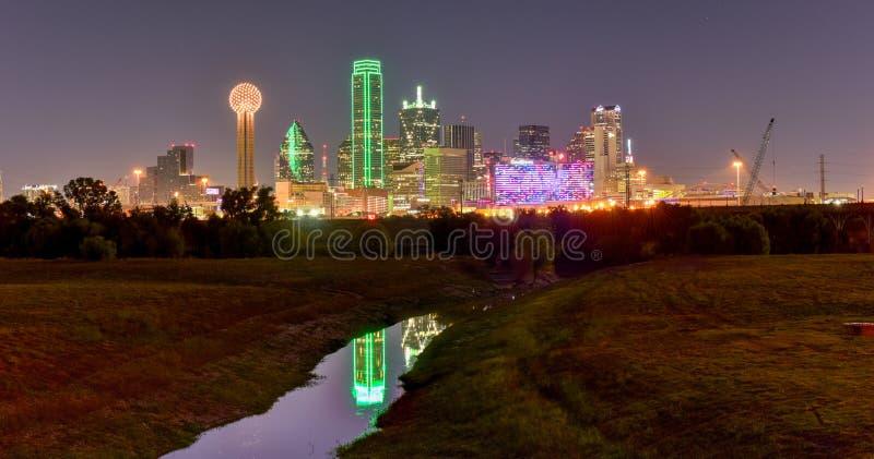Horizonte de Dallas en la noche fotos de archivo