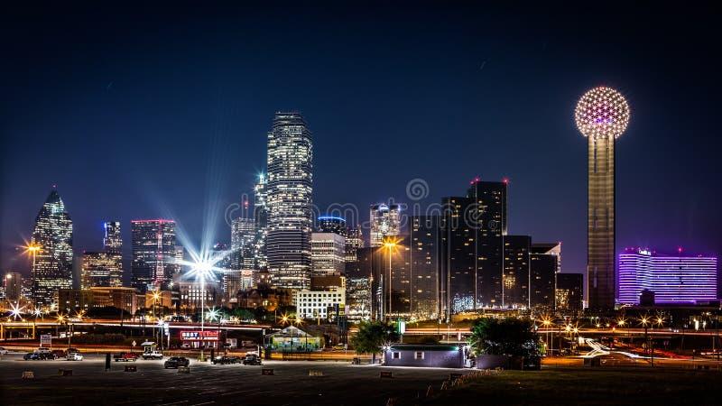 Horizonte de Dallas por noche imagenes de archivo
