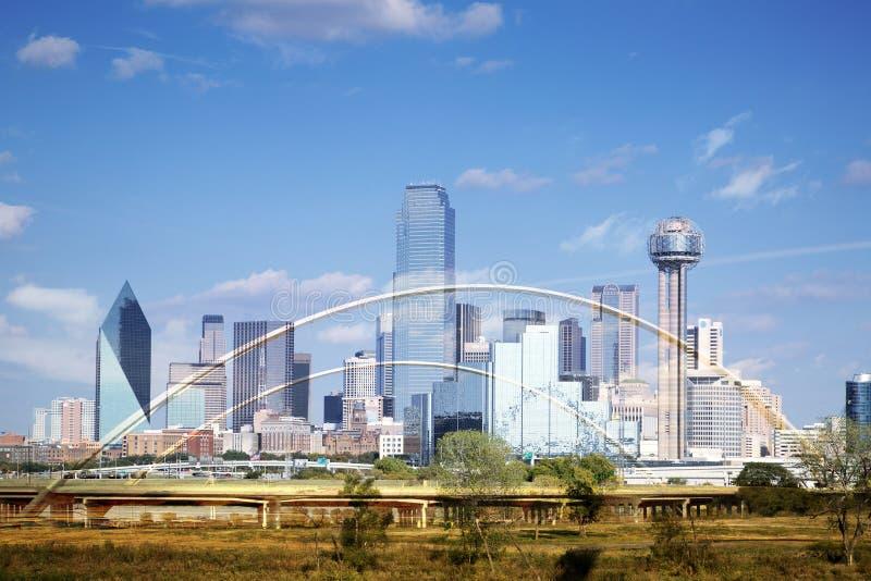 Horizonte de Dallas y Margaret Mc-Dermott Bridge fotografía de archivo libre de regalías