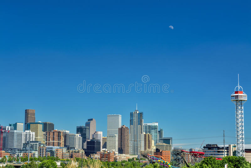 Horizonte de Denver Colorado con la luna fotos de archivo libres de regalías